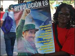 Mujer con afiche de Fidel Castro (foto: Raquel Pérez)