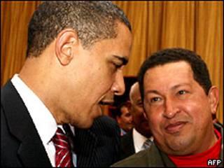 Foto de archivo de Barack Obama y Hugo Chávez
