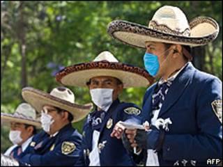 Policiais com máscaras na Cidade do México