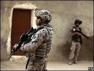 Un soldado iraquí y uno estadounidense en una operación conjunta en Mosul