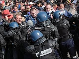 Polícia enfrenta carcereiros no presídio de Fleury Merogis