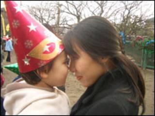 Tomoe e a filha Karen