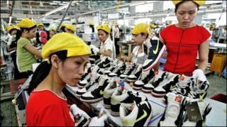 Công nhân VN ở nhà máy sản xuất giày Nike