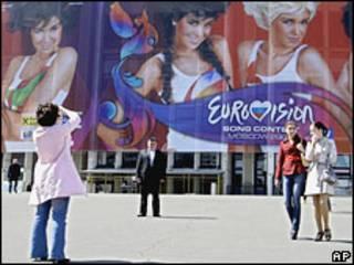 """Женщины фотографируются на фоне стадиона в Москве, где пройдет финальный концерт конкурса """"Евровидения"""""""