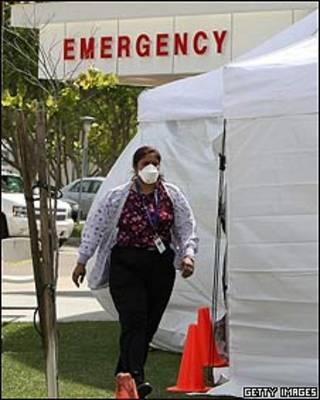 Enfermera con mascarilla en California