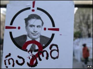 Manifestantes de la oposición protestan en Tiflis