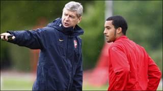 HLV Arsenal và cầu thủ Theo Walcott trong buổi tập ở London