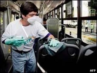 Funcionário do serviço de transportes da Cidade do México limpa ônibus para evitar propagação do vírus da gripe suína