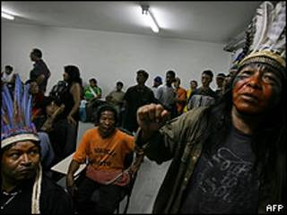 Indígenas brasileños, encerrados en una sede de la Administración Pública del país.