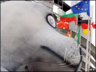 Foca hinchable frente al Parlamento Europeo