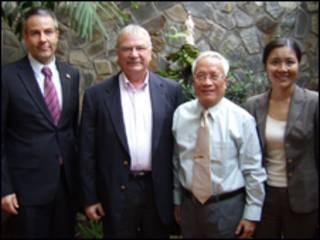 Ông Michalak (thứ hai từ trái sang) với bác sỹ Nguyễn Đan Quế