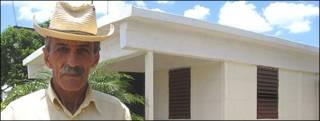 Alberto Cruz, uno de los primeros damnificados en recibir uno de los  nuevos techos (Foto: Raquel Pérez)