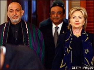 Presidente de Afganistán, Hamid Karzai, presidente de Pakistán, Asif Ali Zardari, y la secretaria de Estado de EE.UU. Hillary Clinton