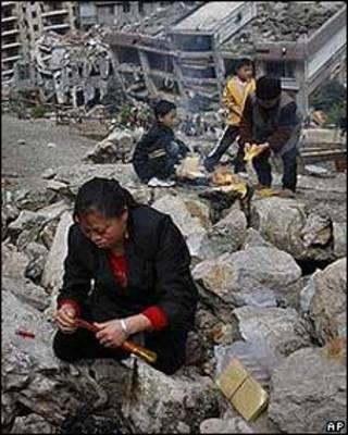 Padres entre los escombros de las escuelas destruidas por el terremoto