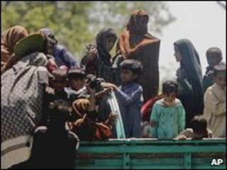 Moradores de Swat chegam a cidade perto de Peshawar