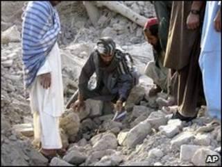Afganos en las ruinas del pueblo bombardeado por EE.UU.