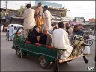 Civis fogem da região do Vale do Swat, no noroeste do Paquistão