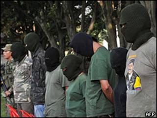 Supuestos miembros de las FARC capturados por el ejército colombiano.