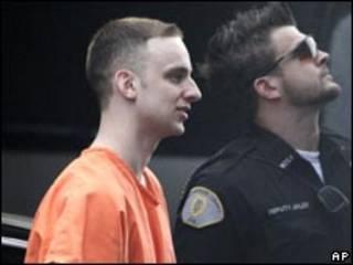 O ex-soldado americano Steven Green é escoltado por policial (AP, 29/4)