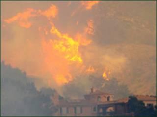 Nhà cửa bị cháy trên đồi tại Santa Barbara, California, Hoa Kỳ. Photo: 06/05/2009