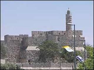 Jerusalén y las banderas del Vaticano e Israel
