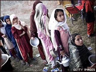 Crianças paquistanesas do vale de Swat em campo de refugiados internos