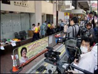 Nhân viên truyền thông thụ tập bên ngoài KS Metropak