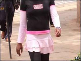 mulher veste camisa com o dizer: 'sexy'