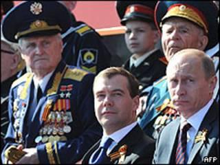 O presidente da Rússia, Dmitri Medvedev, e o primeiro-ministro, Vladimir Putin, durante desfile militar