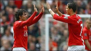 Tevez và Ronaldo ăn mừng bàn thắng