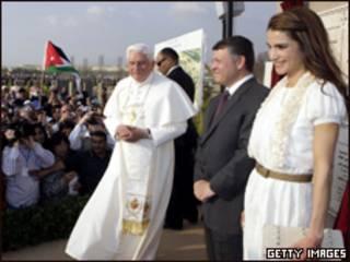 O papa Bento 16, o rei Abdullah 2º (C) e a rainha Rania à beira do rio Jordão