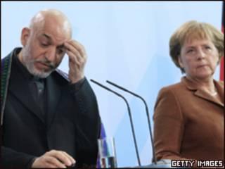 O presidente do Afeganistão, Hamid Karzai, e a chanceler alemã, Angela Merkel, em Berlim