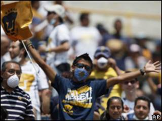 Torcedor mexicano usa máscara em partida de futebol na Cidade do México