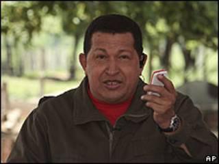 """Hugo Chávez con el flamante """"vergatario"""""""
