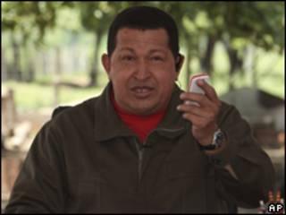 O presidente da Venezuela, Hugo Chávez, durante seu programa de rádio e televisão 'Alô Presidente' (foto: AP/Assessoria de Imprensa do Palácio Miraflores)