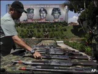 Un soldado colombiano muestra armas y munición capturada a las FARC, 6 de mayo de 2009.
