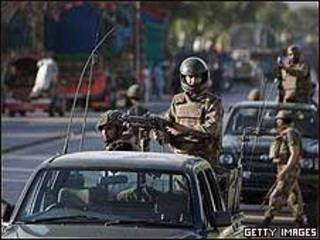 Fuerzas paquistaníes patrullan Swat