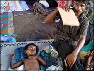 Padre con hijo herido en Sri Lanka