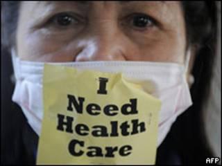 Mulher protesta por acesso à saúde nos EUA
