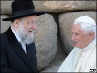 Rabino Meir Lau cumprimenta o papa Bento 16 no Museu do Holocausto nesta segunda-feira (AFP)