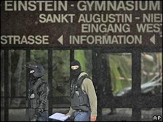 Policiais das forças especiais alemãs na entrada da escola Albert Einstein, nesta segunda-feira (AP)