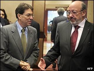 El comisario europeo de Desarrollo y Ayuda Humanitaria, Louis Michel, junto al canciller cubano, Bruno Rodríguez.