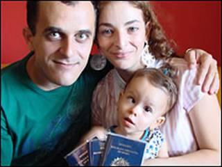 Clara Pereira e seus pais