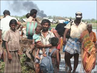Ciiviles en Sri Lanka huyendo de la zona controlada por los Tigres Tamiles.