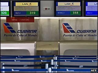 Mostradores de Cubana de Aviación vacíos en el aeropuerto de Ciudad de México