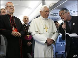 Benedicto XVI acompañado por el encargado de prensa del Vaticano, Vicente Lombardi