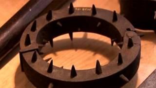 تصویر یک آلت شکنجه که حلقه ای گرد با میخ های نصب شده بر آن است
