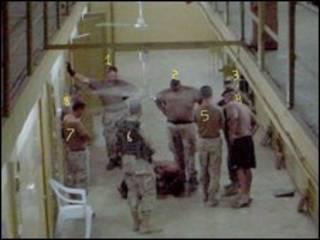 عکس هایی که گفته می شود در زندان ابوغریب بغداد گرفته شده است (عکس از گای ال.وومک)