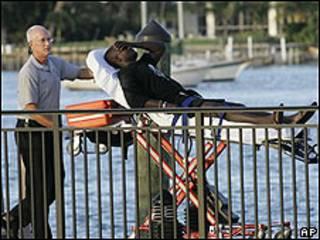 Inmigrante es transportado por miembro de los equipos de rescate en Florida