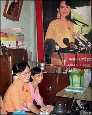 Miembros de la oposición en Birmania, junto a un retrato de Aung San Suu Kyi.